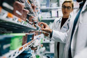 Ponieważ lekarz dokładnie rozpisał dawkowanie, można wydać całą ilość leku, ale realizację trzeba podzielić na dwa razy(Shutterstock).