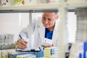 To na lekarzu lub pielęgniarce spoczywa obowiązek wystawienia recept zgodnie z obowiązującymi przepisami(Shutterstock).