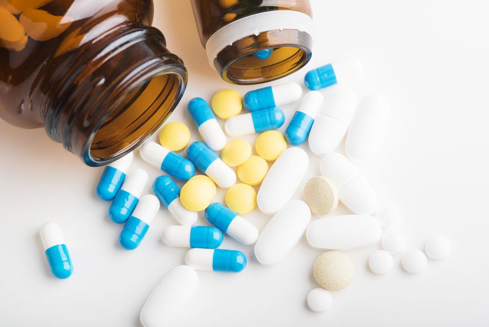 """Zamiana tabletek na kapsułki i odwrotnie jest dopuszczalna w oparciu o art. 15 ust. 10 ustawy Prawo farmaceutyczne, który mówi, że """"różne postacie farmaceutyczne doustne o natychmiastowym uwalnianiu uważa się za tę samą postać farmaceutyczną""""(fot. Shutterstock)."""