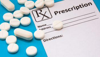 Jeżeli w polu Rp. czytelny jest numer recepty, to można uznać, że wszystkie wymagane prawem elementy są obecne, choć ich rozmieszczenie nie jest zgodne ze wzorem (§ 15 pkt 1 rozporządzenia w sprawie recept lekarskich) (fot. Shutterstock).
