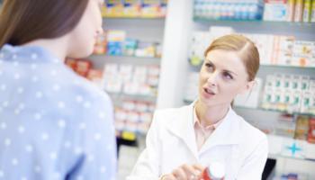 Wydawanie leków przez fachowy personel w aptece zapewnia bezpieczeństwo pacjenta. Pracownicy aptek zobowiązani są do przestrzegania przepisów związanych z wydawaniem leków oraz udzielenia pacjentowi informacji na temat środków, które zakupił. Jakie są to zasady i na co należy zwrócić uwagę, wydając lek pacjentowi?
