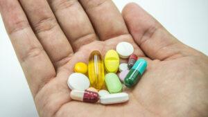 Obowiązek poinformowania pacjenta o tzw. zamienniku leku refundowanego wynika z art. 44 ust. 1 ustawy z dnia 12 maja 2011 r. o refundacji leków, środków spożywczych specjalnego przeznaczenia żywieniowego oraz wyrobów medycznych (tekst jedn. Dz. U. z 2021 r. poz. 523 z późn. zm.) (fot. Shutterstock).