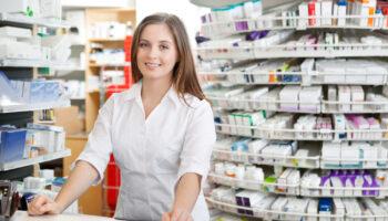 Farmaceuta jest w stanie doradzić, jak i kiedy przyjmować dany preparat, jak również wskazać, czy można go łączyć z innymi lekami i posiłkami (fot. Shutterstock).