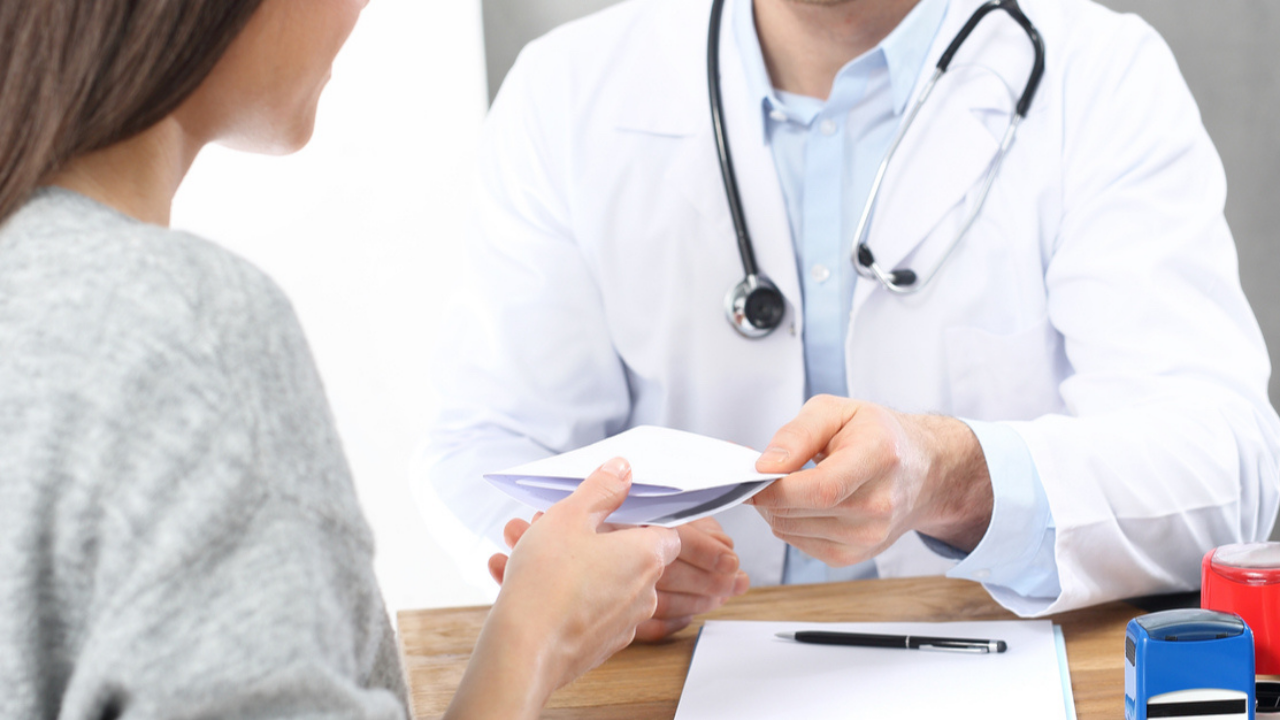 Czy lekarz na recepcie pro auctore może ręcznie dopisać swój numer telefonu? Lekarz dysponuje jedynie pieczątką lekarską, na której również nie ma numeru telefonu.