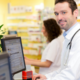 Ministerstwo Zdrowia poinformowało, że 31 grudnia 2020 r. udostępniło funkcjonalność na Platformie P1, która umożliwia weryfikację wystawionych dla pacjentów recept. Chodzi o możliwość sprawdzenia przez lekarza POZ (przy uprawnieniu C) czy lekarza ze szpitala lub przychodni specjalistycznej (przy uprawnieniu S i C) ilości i rodzaju leków, które konkretny pacjent miał wypisane i już wykupił. Tym samym udało się dotrzymać już raz przesuniętego terminu wdrażającego ww. usługę. Przypomnienia wymaga fakt, że przepisy zmieniły się 1 lipca ubiegłego roku.