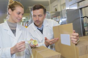 Przy rozpoczęciu współpracy z hurtownią farmaceutyczną, należy porozumieć się w sprawie zamówień i terminów dostaw (fot. Shutterstock).